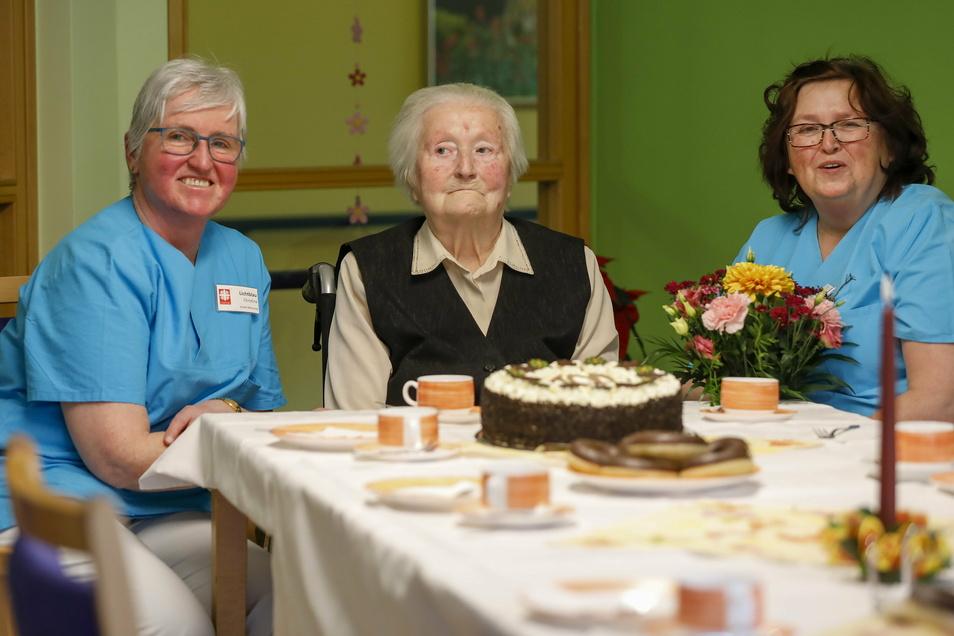 Wella Zimmermann (Mitte) feiert heute ihren 100. Geburtstag. Die Heimmitarbeiterinnen Christina Lichtblau (links) und Rita Scholze überraschten die Jubilarin mit Kaffee und Kuchen.