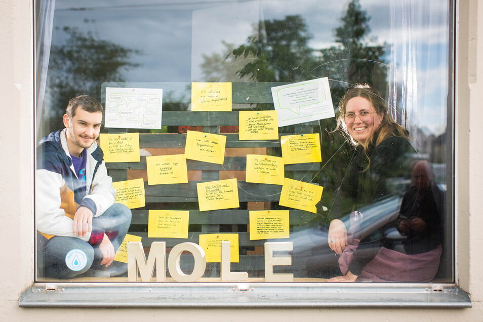 """Antje Skupin und Lukas Jänichen von der mobilen Jugendarbeit """"Mole"""" in Leuben öffnen im übertragenen Sinn ein Fenster zur Welt junger Leute in Dresden."""
