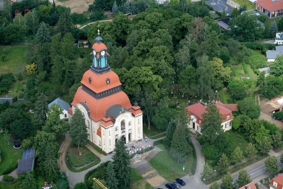 Nicht zu übersehen - weder vom Boden noch aus der Luft: Die Moritzburger Kirche steht auf einem früheren Weinberg.