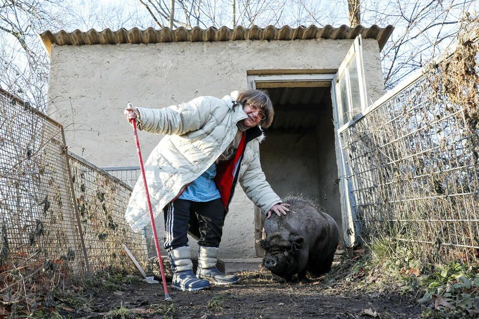 """Petra Buess-Thiele mit ihrem Hängebauchschwein """"Elvis""""."""