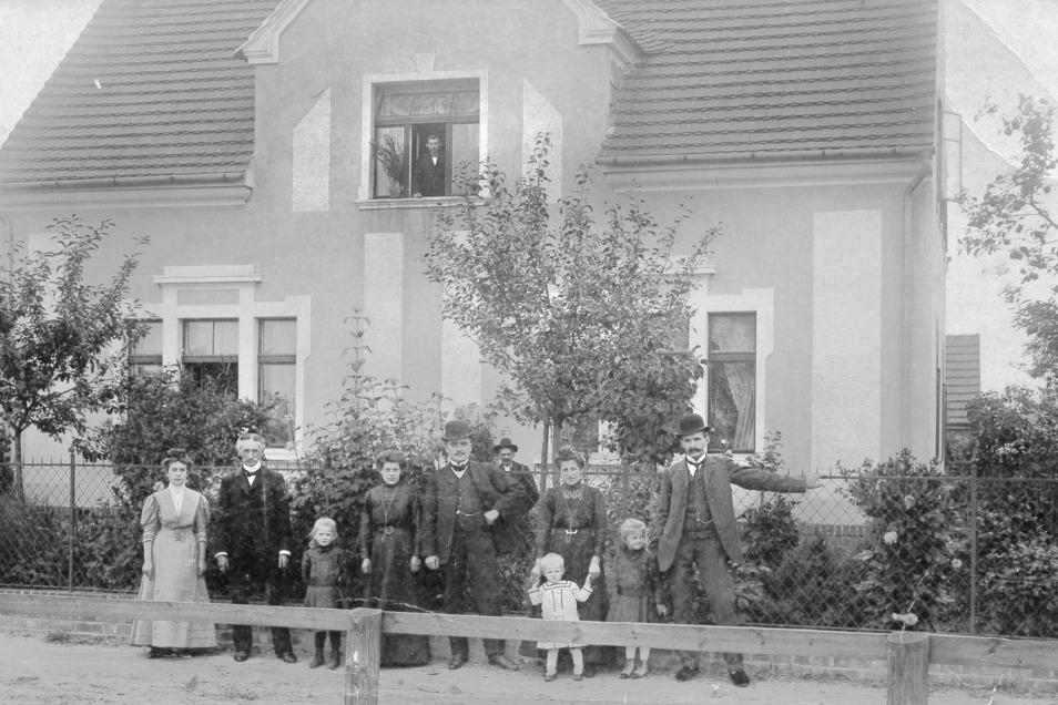 Mit ihm fing alles an. Tischler Paul Siebenhaar (rechts mit Frau und Kindern) kaufte das Grundstück von Theodor und Christiane Horring (links stehend) und baute darauf seine Tischlerei auf.