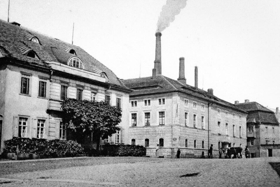 Der Theaterplatz in Löbau hat bisher alle Aktionen zur Umbenennung von Straßen überstanden. Er erhielt seinen Namen einst nach den Theatervorführungen im dortigen Gewandhaus. Die Ansichtskarte aus der Zeit um 1900 zeigt die Villa Reichel mit dem Sudha