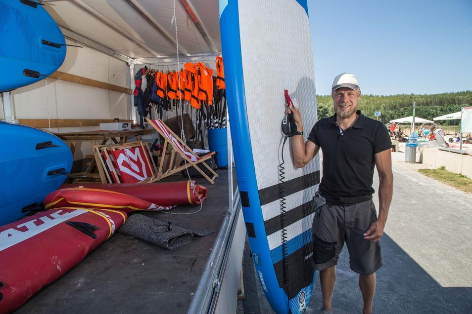 Mit seinem mobilen SUP-Verleih zog Dennis Weichert vorigen Sommer an die Blaue Lagune. Nun geht er ganz fort.