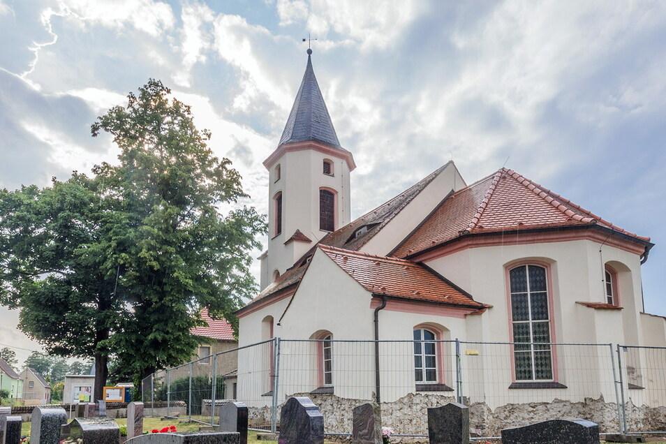 Die Kirche ist das Wahrzeichen von Koselitz. Der Koselitzmarkt findet traditionell am Sportplatz statt.