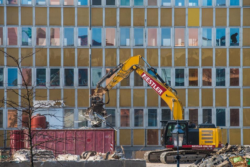Wieder einer weniger: Der Bürokomplex zwischen Musikhochschule und Bahnhof Mitte in Dresden wird bald abgerissen, die Bagger rücken schon an.