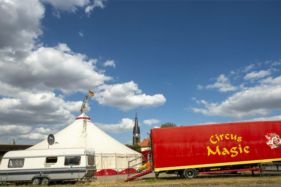 Inzwischen fast schon ein gewohnter Anblick. Der Circus Magic campiert noch immer auf dem Festplatz in Weinböhla. Seit Sonnabend nun aber gegen den erklärten Willen der Gemeinde, die Eigentümerin der Fläche ist.