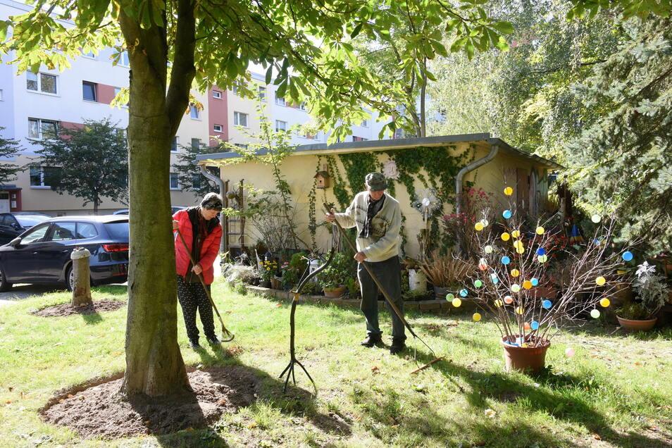 """Das Ehepaar Ingrid und Fritz Hundt arbeiten in """"ihrem"""" Hundtschen Park."""