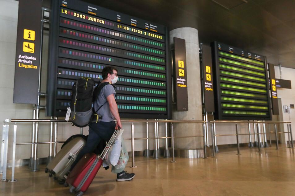 Ein Passagier des ersten internationalen Fluges, der aus Zürich auf dem Flughafen von Valencia gelandet ist, seitdem die Ausgangssperre verhängt wurde, ist auf dem Weg zum Ausgang.