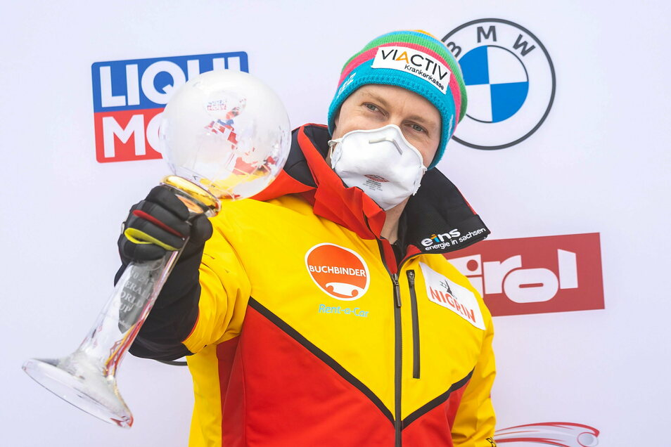 Der Erfolgsverwöhnte Francesco Friedrich - hier mit dem Pokal für den Sieg im Bob-Gesamtweltcup am vergangenen Wochenende in Innsbruck - muss sich diesmal mit dem ungewohnten dritten Rang begnügen.