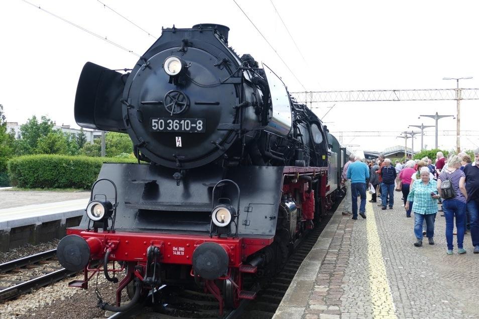 """Für Sonderzug-Fahrten mietet der """"Lausitzer Dampflok Club"""" immer wieder mal auch Gast-Lokomotiven aus Sachsen an. Im Bild zu sehen ist die 50 3610-8 am 25. Mai vorigen Jahres vor dem gemeinsamen Sonderzug von """"Lausitzer Dampflok Club"""" und Flügelradtourist"""