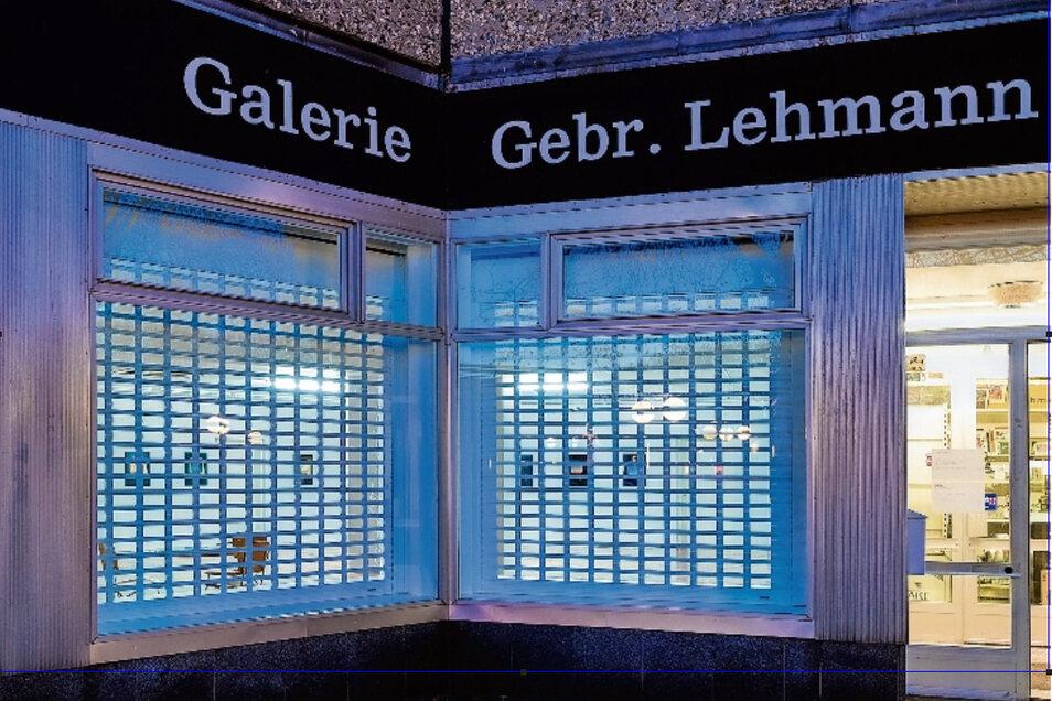 Präsenz zeigen die Dresdner Gebrüder Lehmann auch, wenn ihre Galerie geschlossen ist: Das Licht in der aktuellen Ausstellung von Tilman Hornig bleibt an.