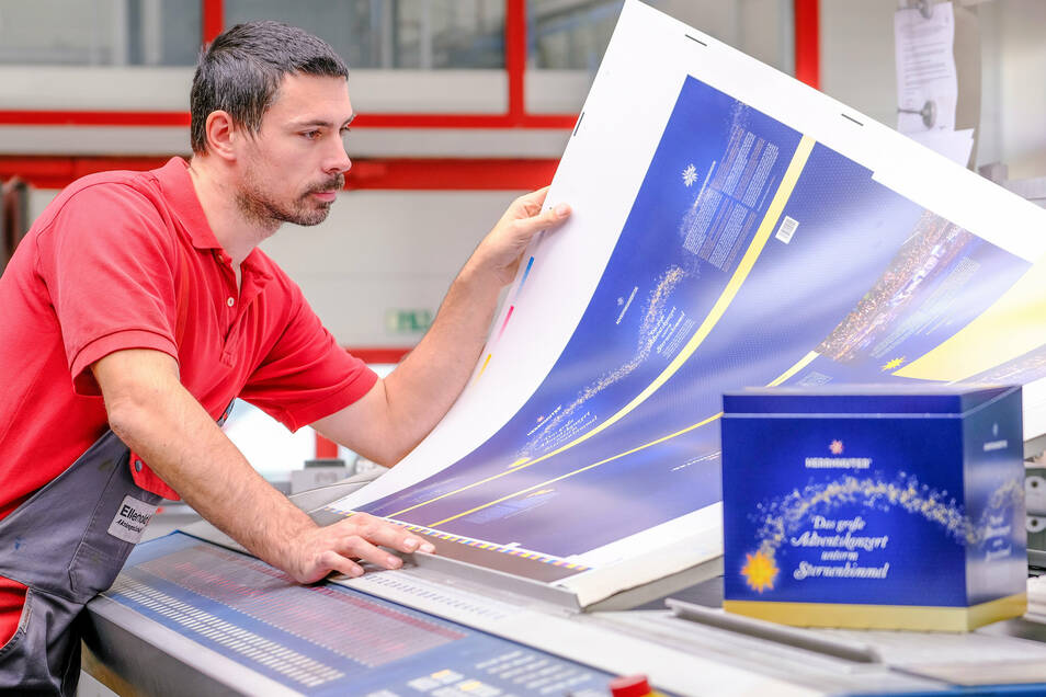 Die Druckerei Ellerhold aus Radebeul druckt die Verpackung für die CD des Adventskonzertes und den Herrnhuter Stern. Hier Alexander Schmidt, Druckereileiter.