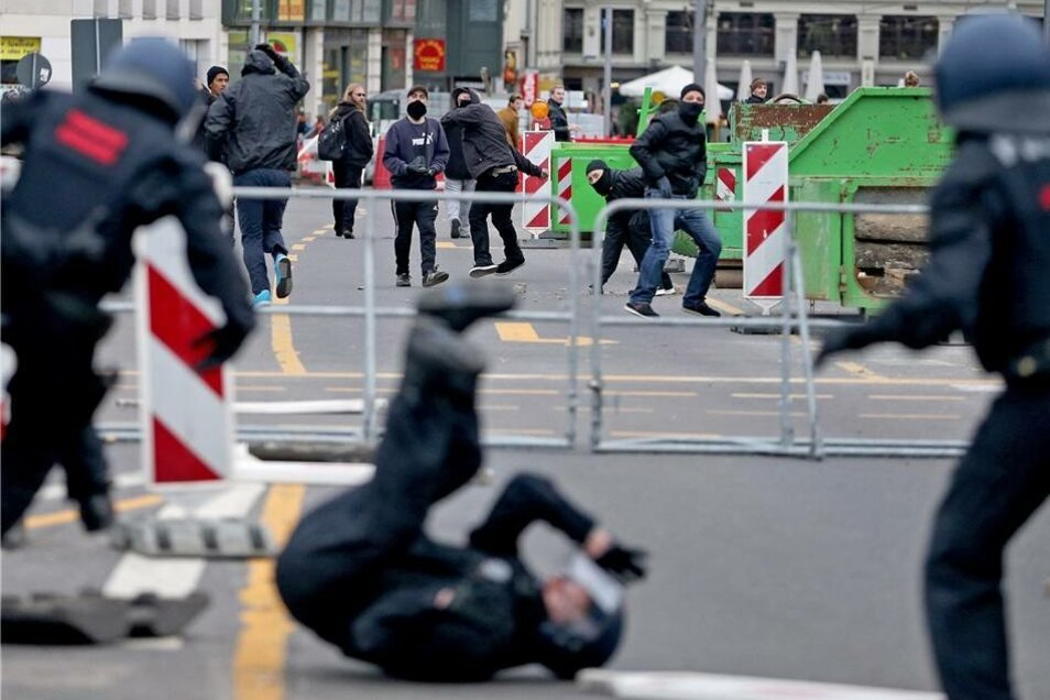 """Gegner der """"Offensive für Deutschland"""" werfen während einer Demonstration in Leipzig Steine auf Polizisten."""