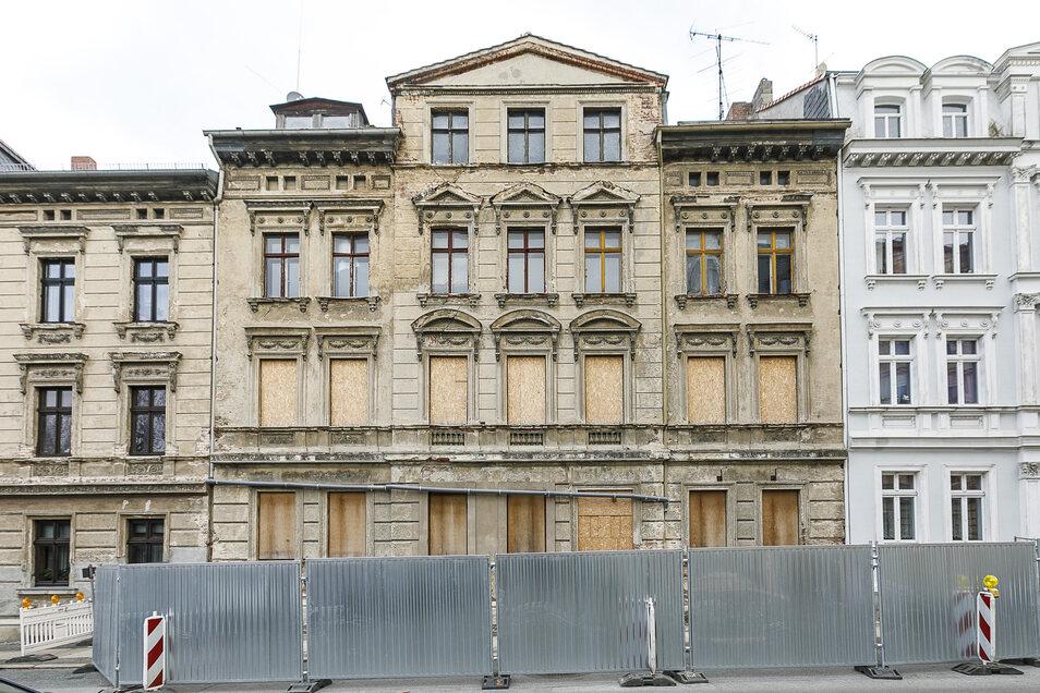 Das Haus Bahnhofstraße 54 war einsturzgefährdet. Jetzt sichert es die Stadt.
