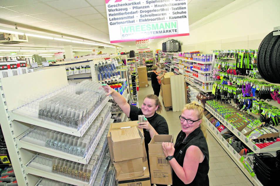 Marie Seidowski und Bettina Schmidt hatten in den vergangenen Tagen alle Hände voll zu tun, um die Regale im neuen Wreesmannmarkt an der Horkaer Straße in Rothenburg einzuräumen.
