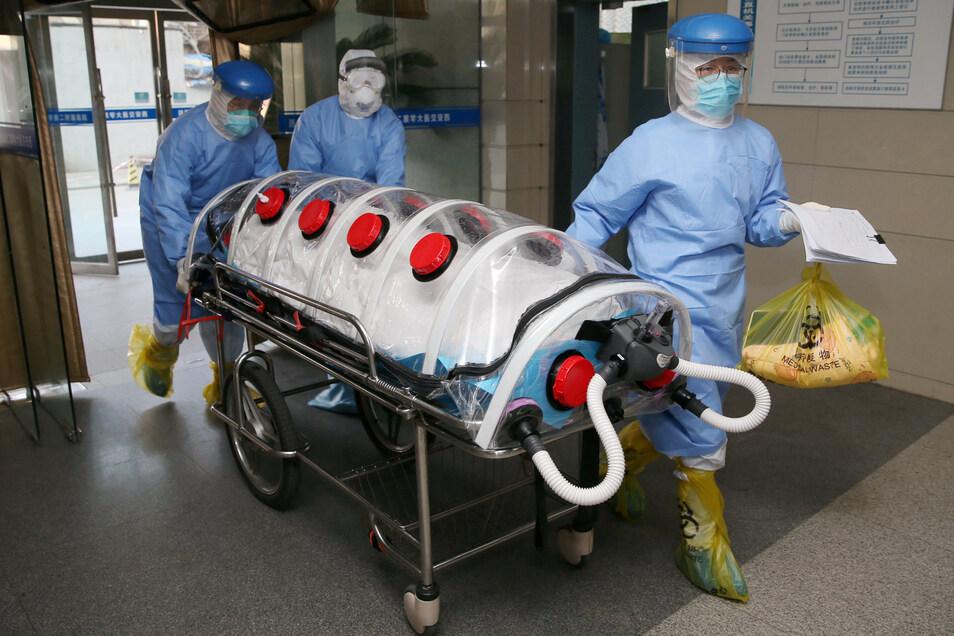Ein Ärzteteam bringt eine schwangere Frau in den Operationssaal für einen Kaiserschnitt im zweiten angegliederten Krankenhaus der Xi`an Jiaotong Universität. Die mit Coronavirus infizierte Frau brachte ein nicht infiziertes Mädchen zur Welt.