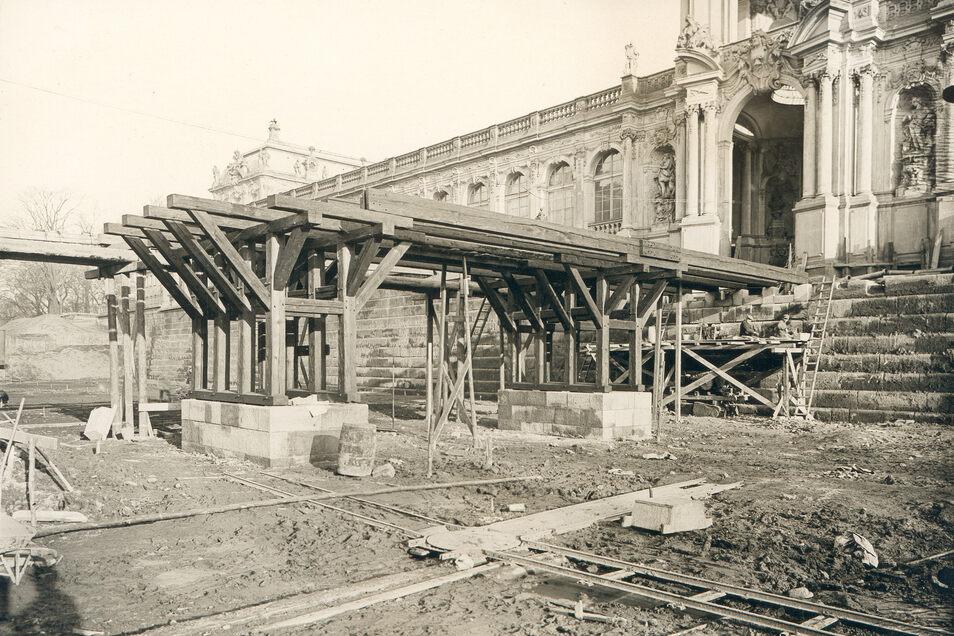 Über 100 Jahre nach dem Abriss wird die Zwingerbrücke ab 1929 entsprechend dem historischen Vorbild wieder aufgebaut. Dafür hatte sich damals Zwingerbaumeister Hubert Ermisch eingesetzt.