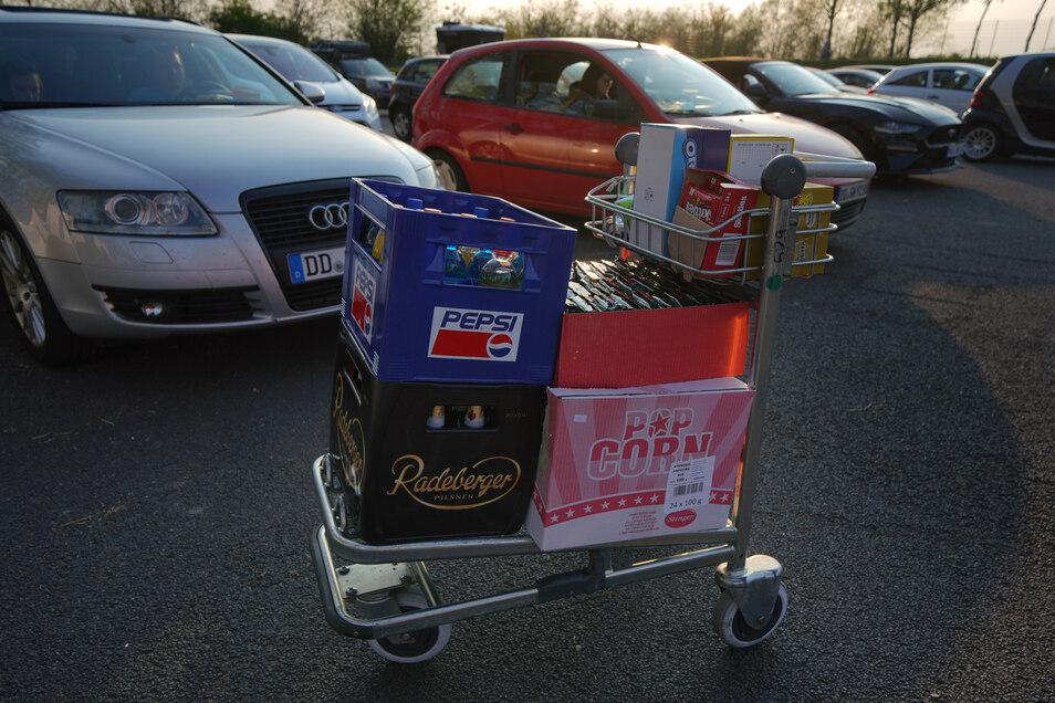 """Getränke und Snacks wurden per Warnblickleuchte """"bestellt"""" und ans Auto geliefert."""