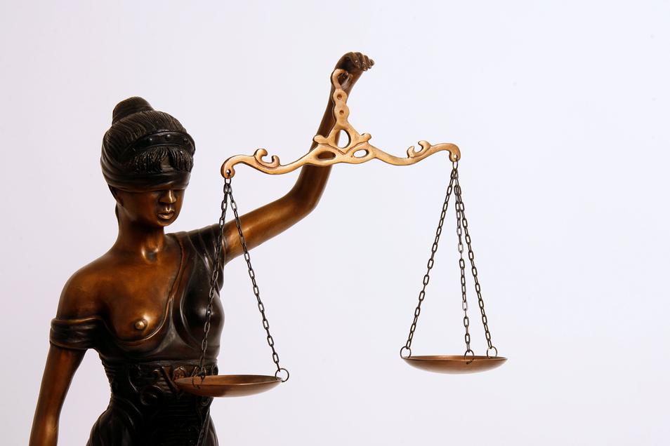 Der Angeklagte hat noch keinen Eintrag ins Bundeszentralregister. Nun sitz er gleich wegen fünf Delikten auf der Anklagebank.