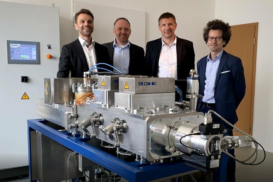 Im Februar 2020 wurde die Blitzlampenanlage von Marcel Neubert, Georg Ochlich, Udo Reichmann und Charaf Cherkouk (v.l.n.r.) in Betrieb genommen. Nun haben sie zusammen NorcSi gegründet.