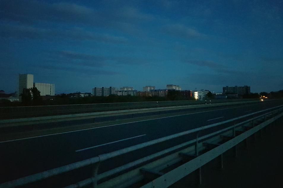Riesa komplett im Dunkeln: So sah die Stadt am Montagabend von der anderen Seite der Elbe aus - fotografiert von Gunter Spies, dem Darsteller des Riesaer Riesen.