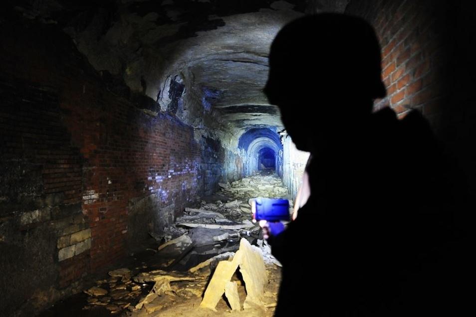 So sah der Autor den Platz im Tunnel, wo der Waggon mit der Sixtina stand. Das Foto stammt von einer Fledermaus-Exkursion und ist gut vier Jahre alt. Es zeigt eindrucksvoll, wie die Decke bröckelt.