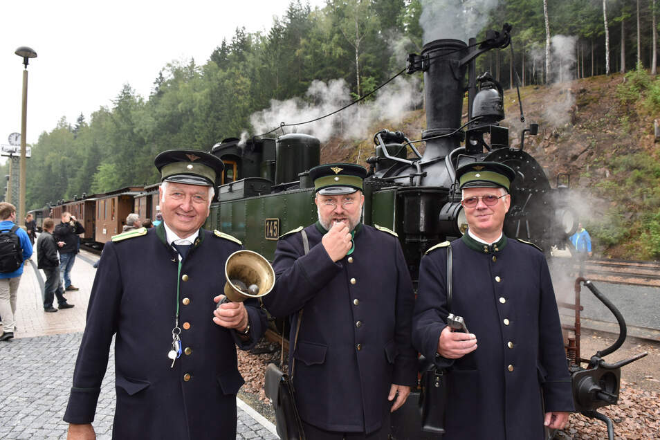 So sahen die Schaffner zu königlich-sächsischen Zeiten aus, als sie noch Kondukteur genannt wurden. In historischen Uniformen stehen Michael Engst (v.r.), Peer Forberg und Wolfgang Aehlig am Bahnhof Kipsdorf.