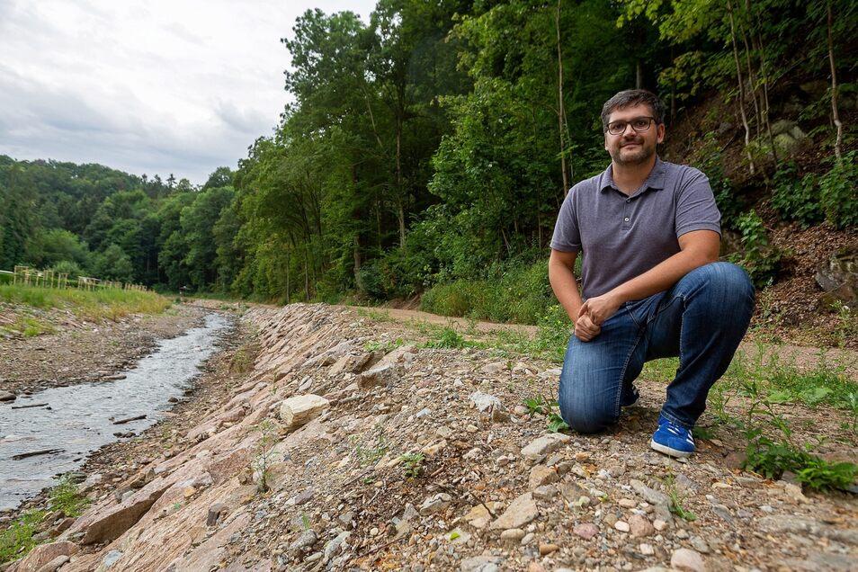 Mehr Platz für den Fluss: Projektleiter Christoph Rauch an dem hochwassersicher abgebauten Weißeritzabschnitt im Rabenauer Grund.