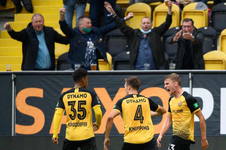 Christoph Daferner hat Dynamo mit seinem Tor kurz vor Schluss gegen Mannheim einen Punkt gerettet. Tim Knipping und Ransford-Yeboah Königsdörffer jubeln mit ihm.