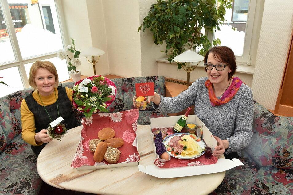 Manuela Heidl vom Blumengeschäft Wiesenblüte und Christine Lehmann vom Dippser Cafe Achat mit ihrem Valentinstagsangebot zum Abholen.