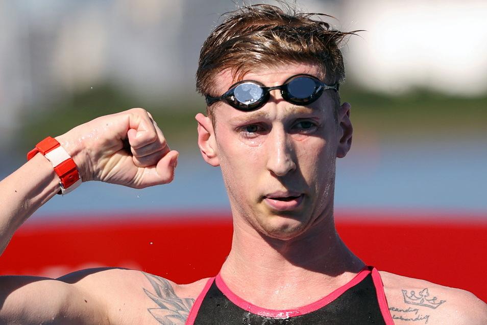 Zu geschafft um ausgelassener zu jubeln, doch Florian Wellbrock beweist im 10-km-Rennen große Stärke. Der Magdeburger holt sich den Olympiasieg.