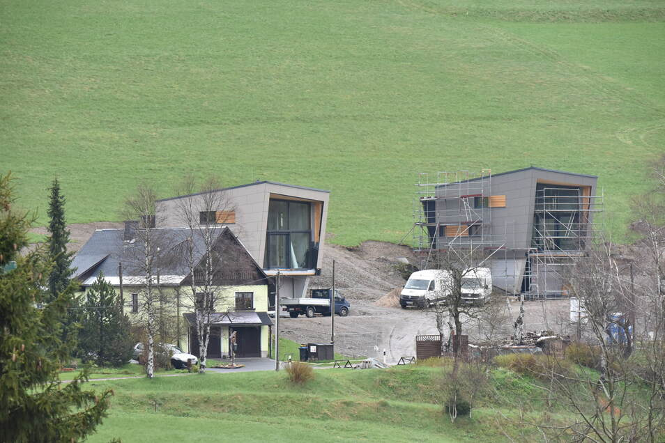 An der Grenzstraße in Rehefeld stehen drei neue Häuser anstelle eines alten Ferienheims. Im Vorfeld gab es Ärger deswegen - und jetzt?