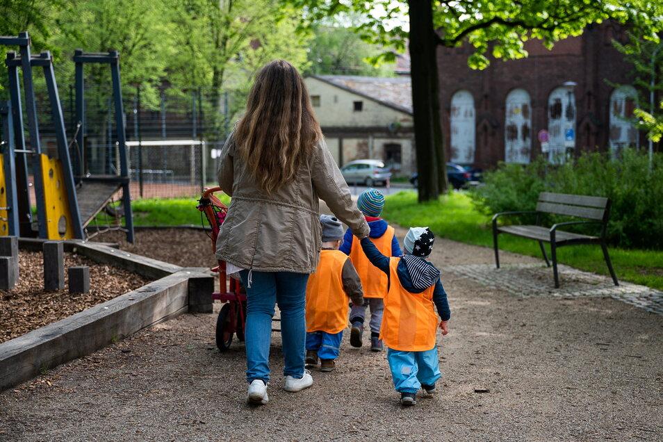 Tagesmutter Peggy Beyer mit ihren Schützlingen auf dem Spielplatz im Park des Friedens in Görlitz.