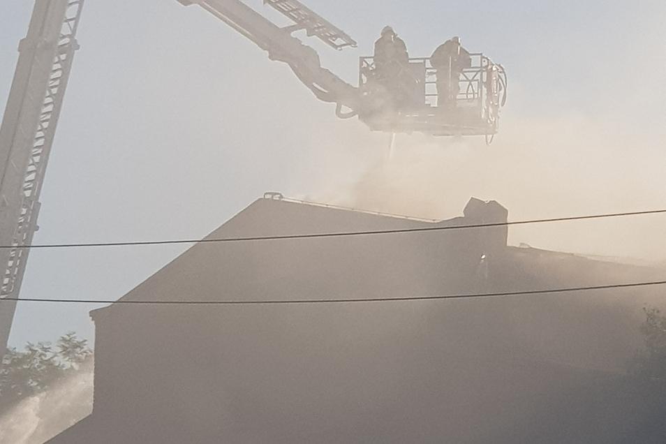 Wie beim Brand an der Fabrikruine musste auch an der Industriestraße mit sehr viel Wasser von oben gelöscht werden.