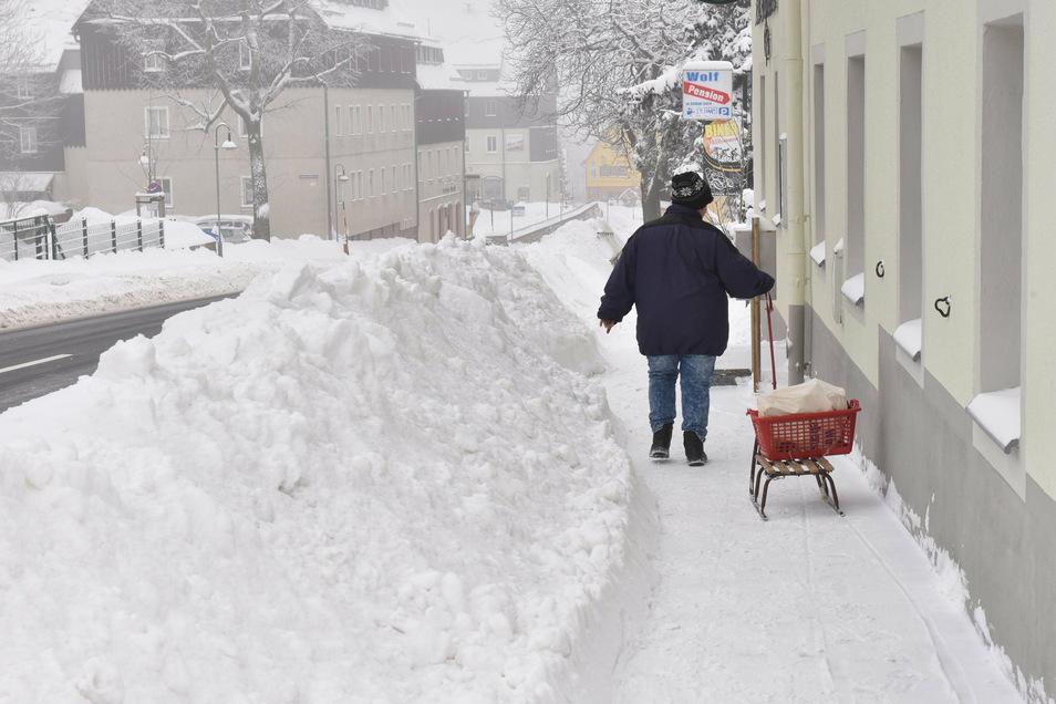 """Die Altenberger sind erfahren mit größeren Schneefällen und hatten die Lage schnell im Griff. Der Schlitten war am Sonntag das gebräuchlichste """"Verkehrsmittel""""."""