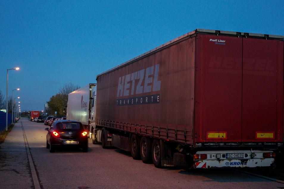 Weil es zu wenig Lkw-Stellflächen entlang der Autobahn gibt, weichen Truckerfahrer auf der Suche nach einem Nachtlager auf nahegelegene Parkplätze und in Gewerbegebiete aus - wie hier in Salzenforst.