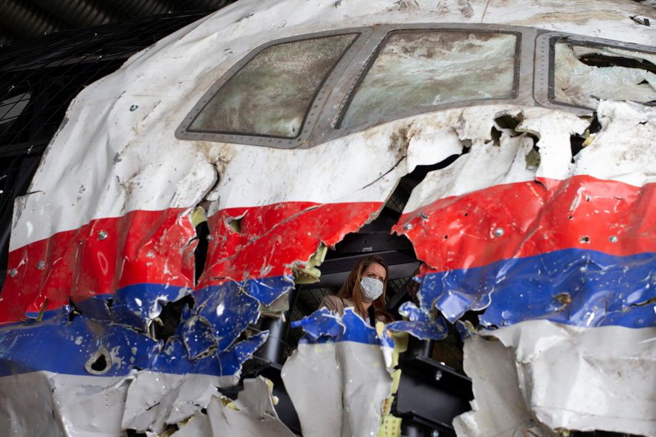 Das rekonstruierte Wrack der Passagiermaschine des MH17-Fluges auf dem Militärflugplatz Gilze-Rijen.