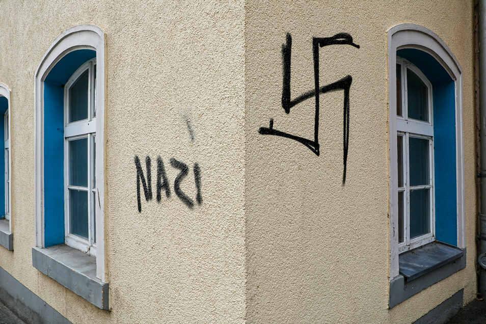 So wie hier in der Reichenberger Straße haben Vandalen in der Nacht zum Mittwoch Wände und Schaufenster mit Hakenkreuzen beschmiert.