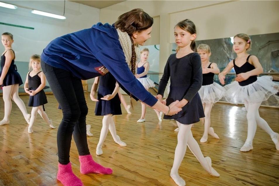 Victoria Striegel (l.), Absolventin der Palucca Hochschule für Tanz in Dresden gibt den Kindern wertvolle Tipps.