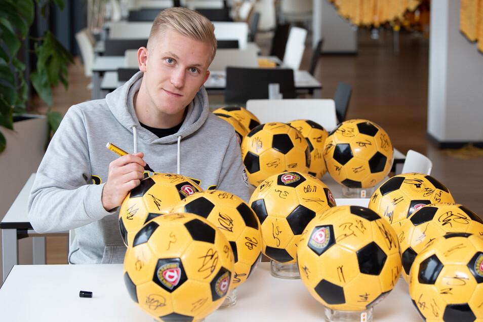 Luka Stor unterschreibt Bälle für die Fans. Lieber würde er sie mit Toren beschenken.