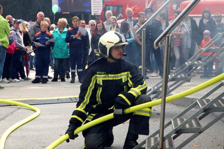 Die Profis von der Feuerwehr machen es bei einer Einsatzübung am Bahnhof vor.