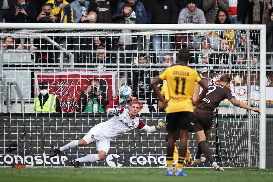 St. Paulis Guido Burgstaller trifft per Strafstoß zum 2:0 gegen Kevin Broll.