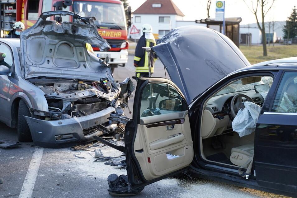 Bei einem Autounfall in Sohland stießen am späten Dienstagnachmittag zwei Autos frontal zusammen.