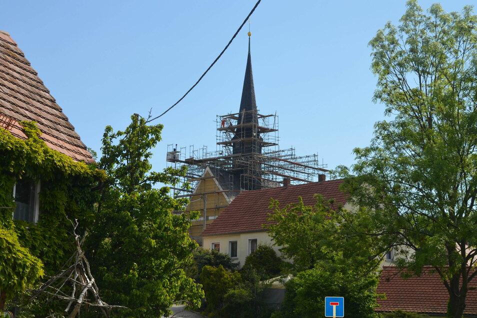 Die Kirche ist nun eingerüstet. Die Bauarbeiten starteten Ende Mai.