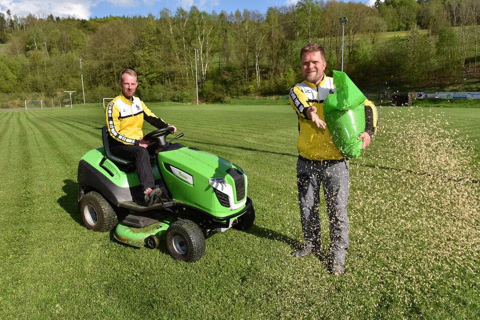 Lars Baettge (l.) und Thomas Mathe sorgen für einen gut bespielbaren Rasen. Ideen für neue Events sind geschmiedet.
