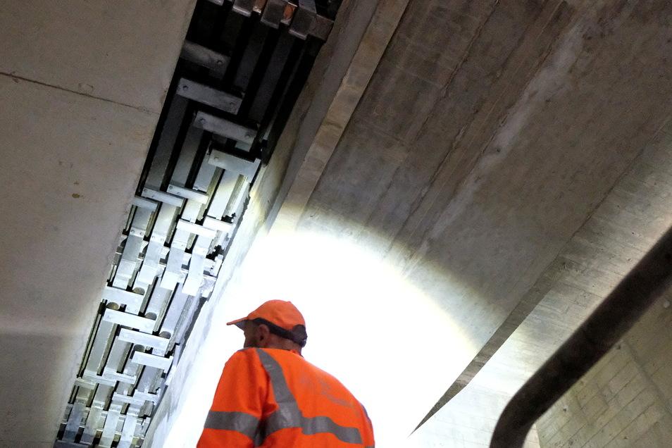 Sieht unspektakulär aus, erfordert jedoch beim Einbau einen riesigen Aufwand: Übergangskonstruktion auf einer Seite der nördlichen Bahn der Triebischtalbrücke.