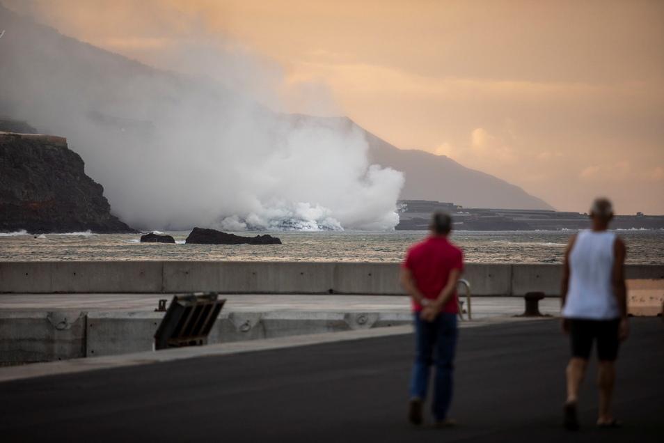 Lava aus dem Vulkan auf der Kanarischen Insel La Palma erreicht das Meer.