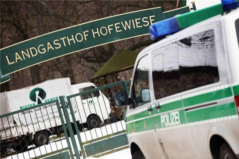Letztlich ging das Gelände in den Besitz der Stadt über - der Obergerichtsvollzieher lässt  die Hofewiese im März 2013 räumen.