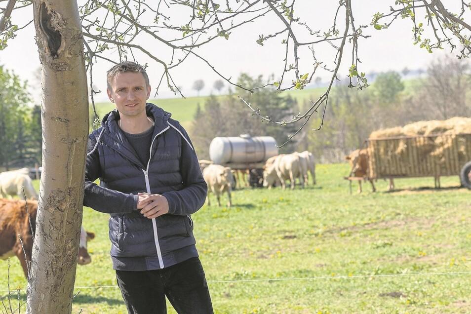 Schon Ende April musste PLD-Chef Stephan Claus seinen Kühen zusätzliches Futter aus der Reserve anbieten. Auf der Röthenbacher Weide war nicht genug gewachsen.