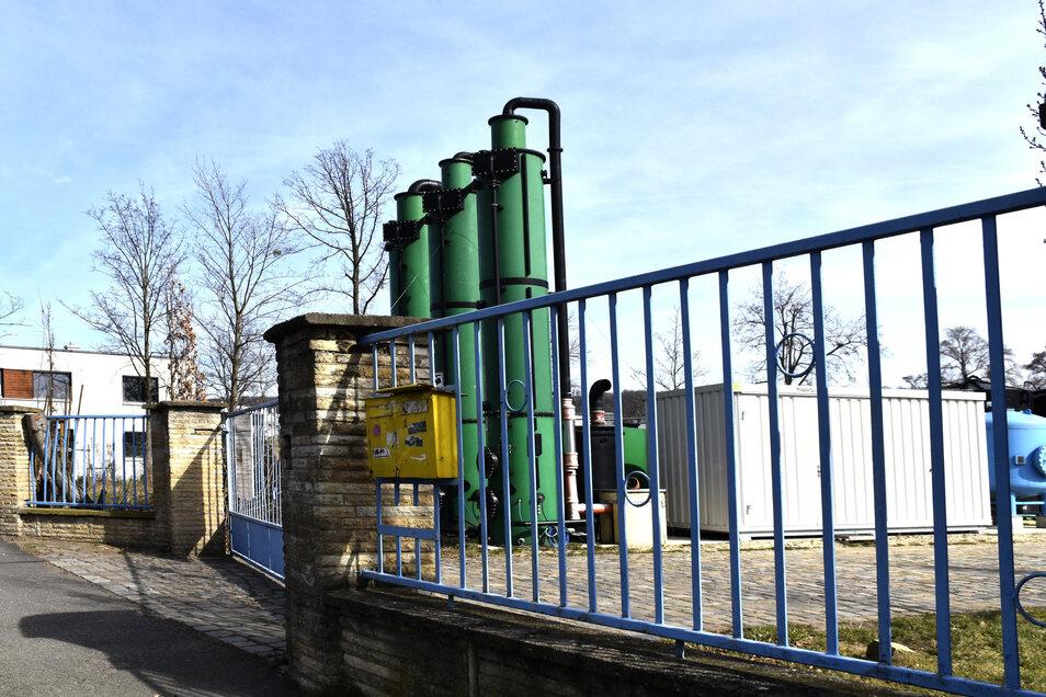 Tag und Nacht laufen am Lockwitzbachweg die Maschinen, in denen mit einem Aktivkohlefilter Luft und Wasser im Erdboden gereinigt werden. Direkt daneben ist in den vergangenen Jahren eine neue Wohnsiedlung entstanden.